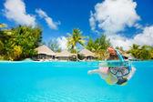 Donna lo snorkeling — Foto Stock