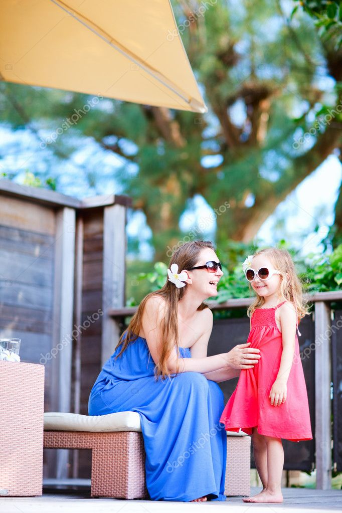 Happy mother and daughter relaxing at outdoor terrace — Stock Photo #12393968