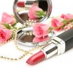 Rosa Rosen und Lippenstift — Stockfoto
