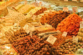 Traditional Turkish delight sweets, dried fruits, nuts at the Spice Market in Istanbul, Turkey — Foto de Stock