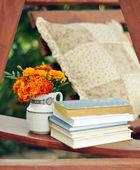 Knihy a měsíčky v obrázek akcií váza — Stock fotografie