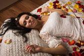 Cinsel esmer bir yatakta yatarken — Stok fotoğraf