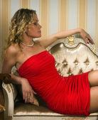 Séduisante blonde assise sur le canapé — Photo