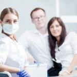 tandläkare och unga par — Stockfoto