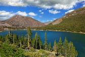 Costa pedregosa de montaña lago elleri en yosemite park, estados unidos — Foto de Stock