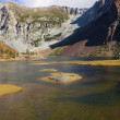 Autumn midday on lake in Yosemite park — Stock Photo