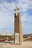 Fyren och obelisk med ett stort vitt kors — Stockfoto