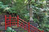 La barandilla de estilo chino roja a lo largo de los pasos — Foto de Stock