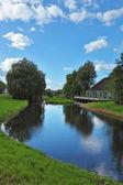 Parco incantevole e il piccolo canale — Foto Stock