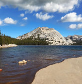 The lake at Pass in Yosemite Park — Stock Photo