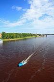 在宽广的河上的船风帆 — 图库照片