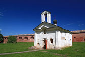 старение, бланширования церковь среди зеленой травы — Стоковое фото