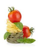 Fettuccine Schachteln Pasta mit Cherry Tomaten und Basilikum — Stockfoto