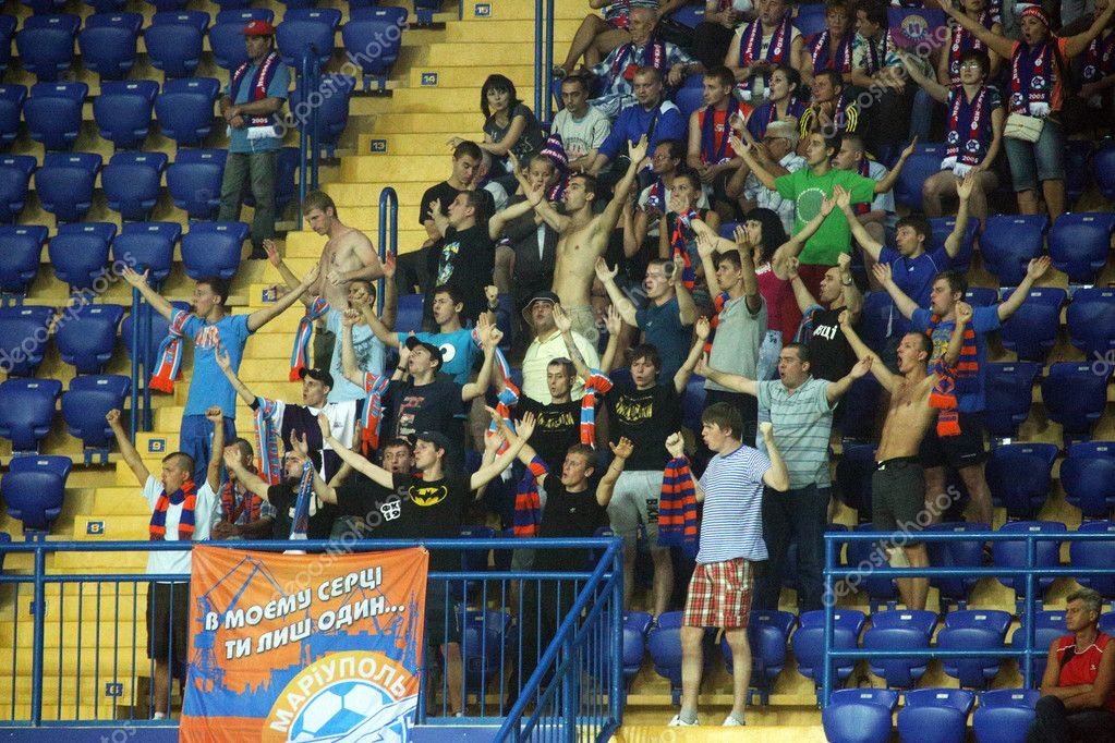 KHARKIV, UKRAINE - JULY 14: FC Illichivets (Mariupol) fans support their team during football match vs. FC Metalist (Kharkiv), July 14, 2012 in Kharkov, Ukraine — Stock Photo #11718737