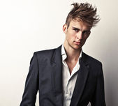 Elegantní mladý pohledný muž. portrét módní studio. — Stock fotografie