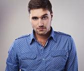 Elegante jonge knappe man. studio mode portret. — Stockfoto