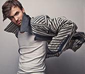 Elegancki, młody, przystojny mężczyzna. studio moda piękny portret. — Zdjęcie stockowe