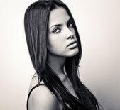 Black-white portrait of young romantic beauty. — Stock Photo