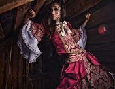 Karanlık, mistik bir yerde bir genç moda bayan güzel sanatlar fotoğraf. — Stok fotoğraf