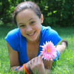 bir çiçek tutan güzel bir kız — Stok fotoğraf