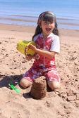 Meisje op het strand in pei — Stockfoto