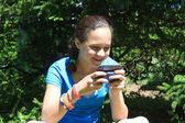 Młoda dziewczyna z cellphone — Zdjęcie stockowe