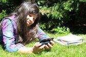 Ung flicka med mobiltelefon — Stockfoto