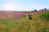 Hippie girl in field — Foto Stock