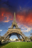 Dramatic Sky Colors above Eiffel Tower in Paris — Stock Photo