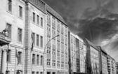 Berlín budovy poblíž řeky sprévy s dramatickou oblohu — Stock fotografie