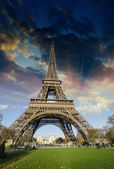 Sunrise in Paris, with the Eiffel Tower — Stock Photo
