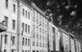 Fileira de edifícios em berlim com céu dramático — Foto Stock