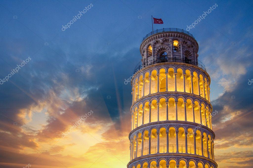 Tour de pise sur la place des miracles clair e la nuit avec les soleils p - Taille de la tour de pise ...
