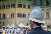 Poliziotto guardando la folla a firenze, italia — Foto Stock