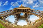 Groothoek opwaartse uitzicht op de eiffeltoren in parijs — Stockfoto
