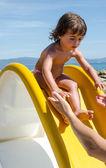 Bebé relajante en la playa — Foto de Stock