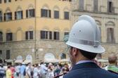 Policial olhando para a multidão em florença, itália — Foto Stock
