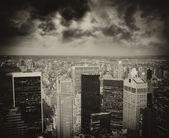 Vista aérea da baixa à noite com arranha-céus e cidade de — Foto Stock