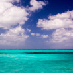 vackra klara karibiska turkost havsvatten med blå himmel hori — Stockfoto