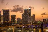 Crepúsculo resplandor en el horizonte de los edificios de miami en la víspera de un invierno tranquilo — Foto de Stock