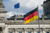 Tysk flagga vajande framför reichstag, berlin — Stockfoto