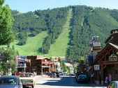 JACKSON HOLE, WYOMING - JUN 29: View of the main street with peo — Stock Photo