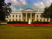 A casa branca e seus jardins — Foto Stock