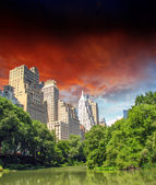 New York City - Manhattan Skyscrapers from Central Park with Tre — Stock Photo