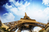 Dramatische uitzicht op de eiffeltoren met sky op achtergrond — Stockfoto