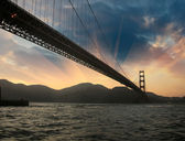 Silhueta de ponte de golden gate de san francisco ao pôr do sol — Foto Stock