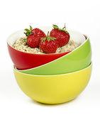 Misky s ovesné vločky a čerstvé jahody — Stock fotografie