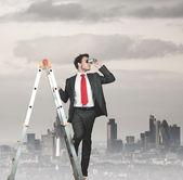 Zakenman op zoek naar bedrijf — Stockfoto