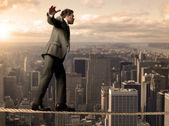 Equilibrist zakenman — Stockfoto