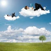 Chico y chica lectura libro sobre las nubes — Foto de Stock